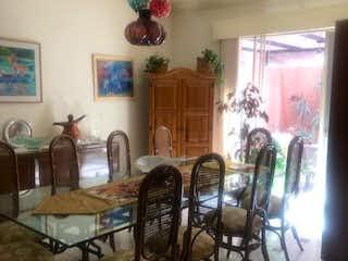 Una sala de estar llena de muebles y un árbol de navidad en CASA EN VENTA EN ANZURES