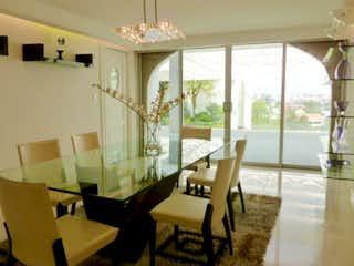 Una sala de estar llena de muebles y una ventana en Casa en venta en Bosques de las Lomas de 1539 mt2. con 2 niveles
