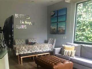 Una sala de estar llena de muebles y un estante de libros en Casa en venta en Bosques de las Lomas de 518 mt2. con 3 niveles