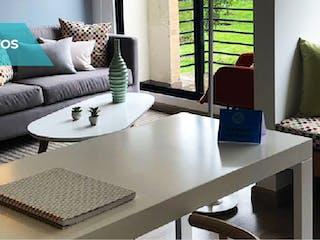 Una sala de estar llena de muebles y una gran ventana en Rocío Reserva