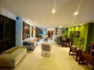 Una sala de estar llena de muebles y una mesa en VENDO HERMOSA CABAA, UBICADA EN SANTA FE DE ANTIOQUIA