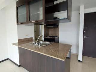 Un cuarto de baño con lavabo y un espejo en venta apartamento sector belen loma de los bernal