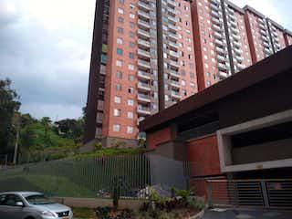 Un edificio de ladrillo rojo con una torre de reloj en Apartamento en venta en Primavera de 3 hab. con Piscina...