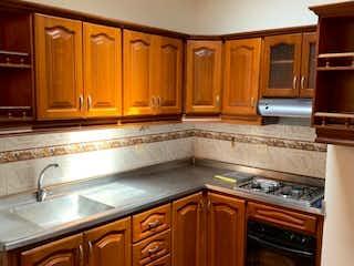 Cocina con fogones y microondas en VENDO CASA BIFAMILIAR 2DO PISO, UBICADA EN NIQUIA