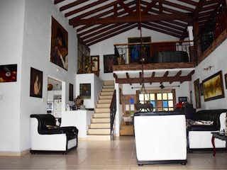 Una sala de estar llena de muebles y una chimenea en Casa en Rionegro, San Nicolás de 5 habitaciones