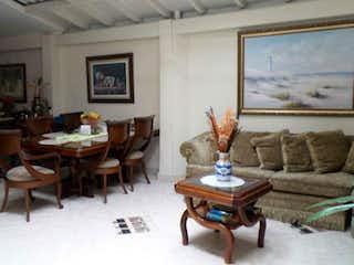 Una sala de estar llena de muebles y una mesa en Casa en San Bernardo, Medellin
