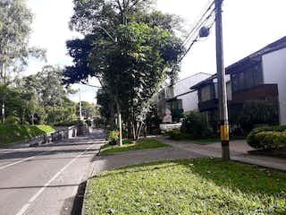 Una calle con un semáforo en ella en Casa en venta en Zúñiga, 350m²