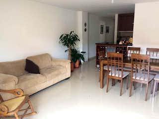 Una sala de estar llena de muebles y una chimenea en Apartamento en venta en La Castellana de 3 hab.