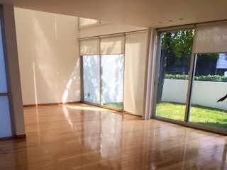 Una vista de una sala de estar con suelos de madera en Casa en venta en Fuentes del Pedregal de 3 Recámaras
