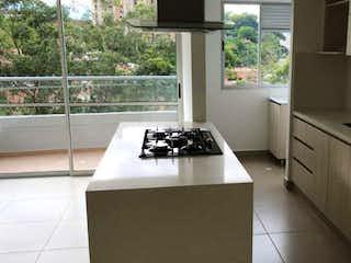 Una cocina que tiene un fregadero y una estufa en ella en Apartamento en Camino Verde, Envigado