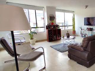 Una sala de estar llena de muebles y una ventana en Apartamento en Poblado, Alejandria, oportunidad $, para remodelar, , espacioso , vista a la ciudad, tranquilo $ 390 / 100.m2, Medellin