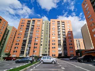 Una calle de la ciudad llena de muchos edificios altos en Apartamento en venta -  Fontana Madrid