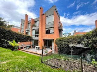 Se vende espectacular casa con muy buena zona verde en sotileza