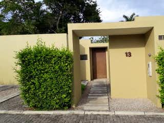 Una imagen de un edificio con una puerta en Casa en venta en Casco Urbano Anapoima con acceso a Piscina