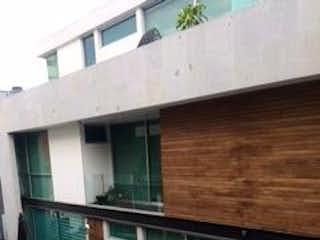 Un pequeño edificio con un banco en él en DEL VALLE