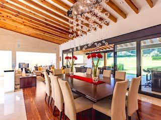 Una habitación llena de mesas y sillas de madera en Casa en venta en Álvaro Obregón de 1000mt2 con terraza.