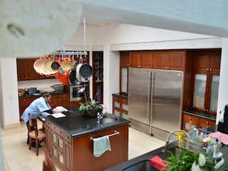 Una cocina con una estufa de fregadero y nevera en Casa en venta en San Bartolo Ameyalco de 1200mt2 con terraza.