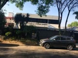 Un coche estacionado delante de un edificio en FUENTES DEL PEDREGAL