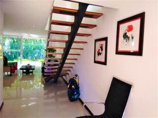 Una sala de estar llena de muebles y una ventana en Casa en venta en Loma Del Atravezado de 358m² con Jardín...