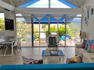 Una sala de estar llena de muebles y una gran ventana en Casa Condominio En Venta En Anapoima