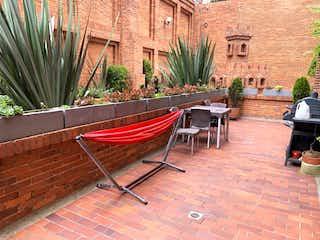Un barco sentado al lado de un edificio en Apartamento En Venta En Bogota San Gabriel