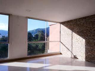 Un baño con una bañera y una ventana en Apartamento en Venta La Inmaculada, Envigado