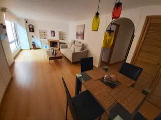 Una sala de estar llena de muebles y una televisión de pantalla plana en Apartamento en venta en Bella Suiza, 65mt