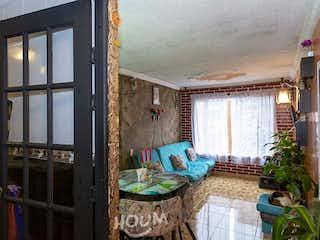 Una habitación que tiene una ventana en ella en Apartamento en Hayuelos, Modelia. 3 habitaciones. 56 m2