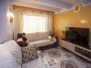 Una sala de estar llena de muebles y una televisión de pantalla plana en Casa en El Jordan, Fontibón. 4 habitaciones. 96 m2