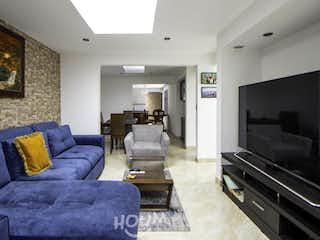 Una sala de estar llena de muebles y una televisión de pantalla plana en Casa en Castilla Real, Castilla. 6 habitaciones. 280 m2