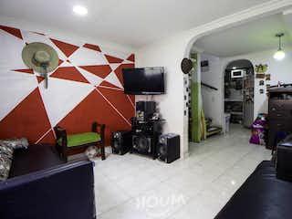 Una sala de estar llena de muebles y un reloj en Casa en Bilbao. 3 habitaciones. 57 m2