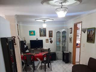 Una sala de estar llena de muebles y una televisión de pantalla plana en Se  Vende Casa   sector La Castellana, Medellin
