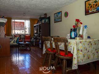 Una sala de estar llena de muebles y una mesa en Apartamento en La Palma, El Rincón. 3 habitaciones. 59 m2