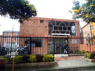Un gran edificio de ladrillo con una gran ventana en Venta Casa Nueva Castilla, Bogotá