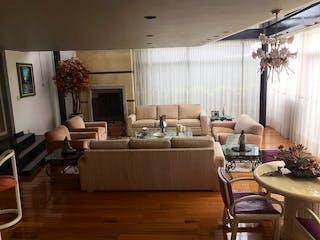 Una sala de estar llena de muebles y una ventana en ESPECTACULAR CASA EN BOSQUES DE LAS LOMAS EN VENTA