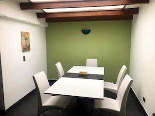 Una habitación con una cama y un escritorio en Venta Casa en Cedritos Zona Norte