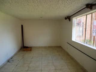 Un baño que tiene una ventana en él en Suba, Apartamento en venta en Hunza de 1 habitación