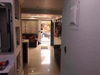 Una cocina llena de mucho espacio en la parte superior del mostrador en Casa de 105m2 en Laureles