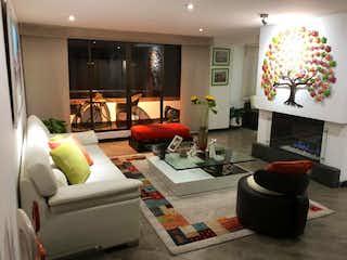 Una sala de estar llena de muebles y una chimenea en Apartamento en venta en Bella Suiza, 170mt con balcon
