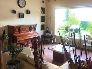 Una sala de estar llena de muebles y un reloj en Casa en venta en Tlacopac, de 705,49mtrs2