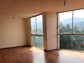 Una habitación con suelos de madera y una ventana en Departamento en venta en Santa Teresa de 120 mt2.