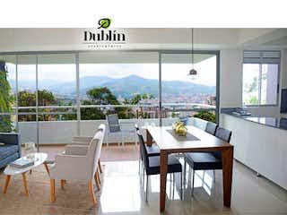 Una sala de estar llena de muebles y una gran ventana en Dublín Mi Ciudad