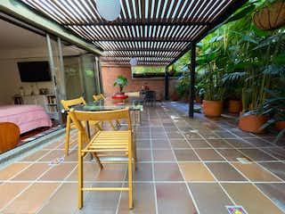 Una habitación con una mesa de madera y sillas en Venta de Apartamento El Poblado ,Alejandria