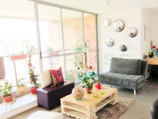 Una sala de estar llena de muebles y una gran ventana en Apartamento en venta en El Esmeraldal con acceso a Gimnasio