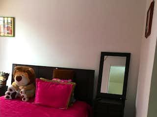 Una cama sentada en un dormitorio junto a una ventana en Venta casa segundo piso y último con terraza