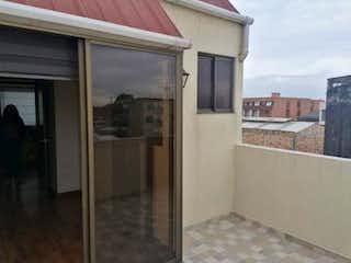 Una cocina con nevera y una ventana en Apartamento En Venta En Bogota Fontibon Villemar