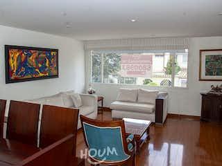 Una sala de estar llena de muebles y una televisión de pantalla plana en Apartamento en Bella Suiza. 2 habitaciones. 120 m2