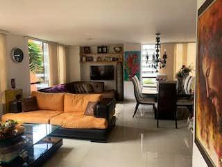 Una sala de estar llena de muebles y una chimenea en Apartamento en Poblado, Alejandria, para remodelar, sin balcón, tranquilo $ 420 / 104.m2, Medellin