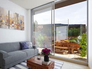 Una sala de estar llena de muebles y una planta en maceta en Ecoloft Fontanar