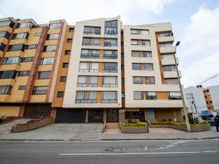 Un edificio alto sentado en la esquina de una calle en Apartamento en venta en Barrio Quinta Paredes de 92m²